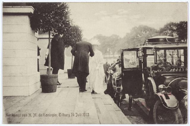 003324 - Koninklijke bezoeken. Op 14 juli 1913 bezochten koningin Wilhelmina en prins Hendrik de Internationale Tentoonstelling van Nijverheid, Handel en Nijverheid. Prins Hendrik was beschermheer van de tentoonstelling. Tijdens het bezoek mocht niemand de zalen bezoeken: er kwam zelfs 'een politiemacht' opdraven om de zalen te ontruimen. Veel later dan gepland, 'omstreeks 14.40 uur' , arriveerde het koninklijk paar in gezelschap van graaf Dumonceau, freule Sloet van Marxveld en jhr. Bijl de Vroe bij de machinehal. Daar bood Netty Daamen een boeket bloemen aan. Het viel de journalist van de Nieuwe Tilburgsche Courant op, dat 'hare majesteit er goed en opgeruimd uit zag, met een gulle lach op het gelaat.' Bij de wandeling door de zalen ging de belangstelling van het koninklijk paar vooral uit naar de stand van de afdeling Tilburg van het Rode Kruis en het Onderwijs Paviljoen. Daar waren enkele leerlingen aanwezig van het 'Doofstommen Instituut' uit St. Michielsgestel. Prins Hendrik was hoogst verbaasd, dat 'een ongelukkige jongen' een juist antwoord gaf op zijn vraag. Wilhelmina kreeg van de firma L.W. van Delft uit Tilburg een poppenwagentje aangeboden voor prinses Juliana en van de Kon. Stoomschoenfabriek A.H. van Schijndel uit Waalwijk een paar zilverlederen kinderschoentjes. Het restaurant was versierd met kostbare Perzische tapijten en de portretten van koning Willem II, koningin-moeder Emma en koningin Wilhelmina. De thee werd er geschonken door mevrouw Van Voorst tot Voorst. Rond vier uur vertrok het koninklijk paar. Tijdens het bezoek waren er concerten van de Nieuwe Koninklijke Harmonie en de liedertafels Souvenir des Montagnards en St. Caecilia.