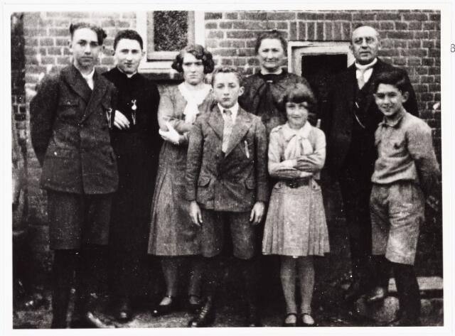007081 - Familie Van den Hout- Teurlings. Van links naar rechts: Sjef, Ad, Nel, Frans, mevrouw van den Hout voor haar Cor, de heer van den Hout en Gerard. Foto ± 1932.