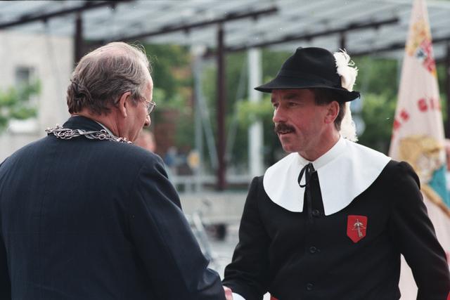 1237_010_760_023 - Afscheid Burgemeester Brokx 1997 . Vendelzwaaien door het gilde.
