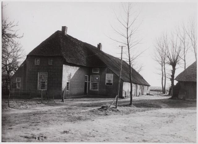 029573 - Rijksmonument Boerderij Tongerlose Hoeve. De gevels en muren van deze boerderij zijn voorzien van cementpleister met imitatievoegen. Hierdoor ontstond het effect van natuursteen.
