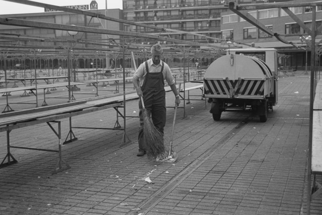 TLB023002406_002 - Opruimen na het sluiten van de markt door een medewerker van de gemeente.