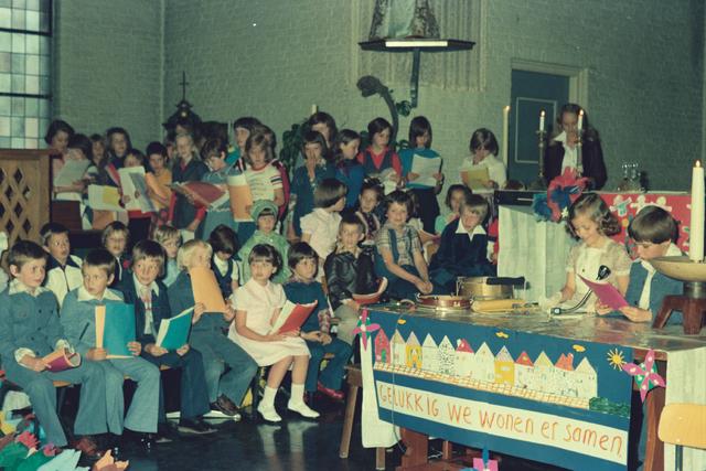 1237_012_978_020 - Religie. Kerk. Katholiek. Communicanten. De eerste Heilige Communie in de Sint Lidwina parochie in mei 1976.