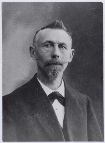 046170 - Molenaar Gerardus Benedictus de Visscher, geboren te Goirle op 7 november 1856, zoon van Benedictus de Visscher en Catharina van Besouw. Hij trouwde te Goirle op 27 april 1885 met Maria A.B. van den Heuvel. Graard de Visscher was molenaar op de molen op Abcoven en op de watermolen. Later was hij molenaar op de molen aan de Groeneweg. Oplopende schulden leidden in 1912 tot zijn faillissement. In september 1912 verhuisde Graard naar Rotterdam, waar hij de kost verdiende als banketbakker. Hij overleed er op 4 februari 1933.