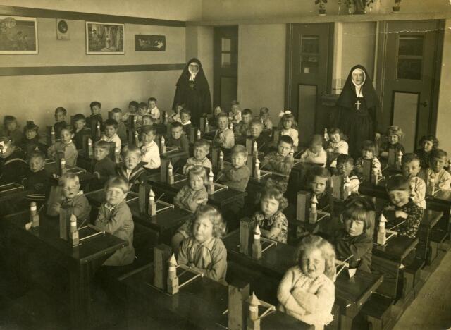 600200 - Onderwijs. Klas van de kleuterschool van de parochie HH. Familie (Broekhoven II) aan de Ringbaan-Zuid 253.