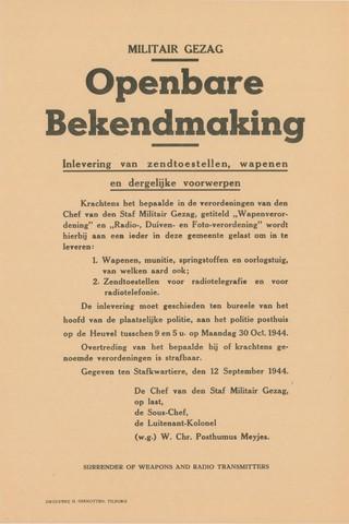 1726_013 - Affiche Tweede Wereldoorlog.   Militair Gezag. Militair Gezag. Vanaf de bevrijding in 1944 tot het aantreden van het kabinet Schermerhorn-Drees in juni 1945, werd het overheidsgezag in Tilburg uitgeoefend door het Militair Gezag.  Gegeven op 12 september 1944. Ondertekend door de Chef van den Staf Militair Gezag, op last, de Sous-Chef, de Luitenant-Kolonel (w.g.) W. Chr. Posthumus Meyjes.  In het Engels: Surrender of weapons and radio transmitters.  WOII. WO2.