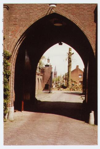 062944 - De entree van het Trapistinnen klooster aan de Raadhuisstraat 26 gezien vanaf het klooster richting St Willibrordustraat; ten behoeve van de recontructie van de Raadhuisstraat en St. Willibrordusstraat werden de esdoorns gerooid.