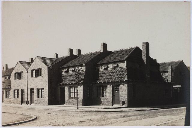 028386 - Panden aan het St. Pietersplein nummers 21-25, geheel rechts de Jacobstraat