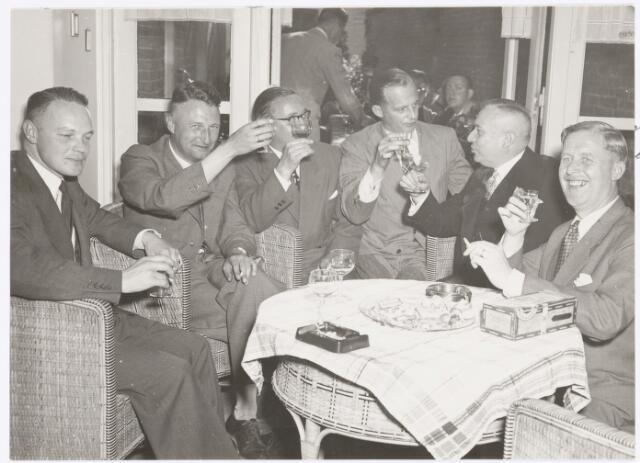 039081 - Volt. Jubileum. Het 40-jarig jubileum van de heer Kuijsters, hoofd van de afdeling expeditie en kassier, in 1951.  Van links naar rechts de heren: Ledeboer ( direktie secretaris), Schuren (hoofd chemisch laboratorium), Vollaers (hoofd produktie), onbekend, jubilaris Kuijsters en Verhoeven (hoofd produktie). Het feest werd thuis gevierd.