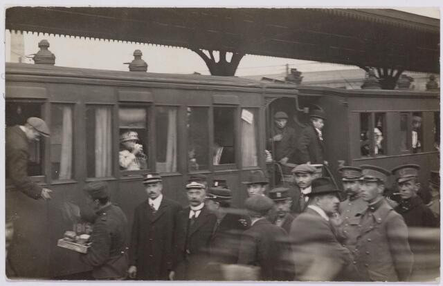 042292 - Eerste Wereldoorlog. Belgische vluchtelingen. Aankomst op het station.