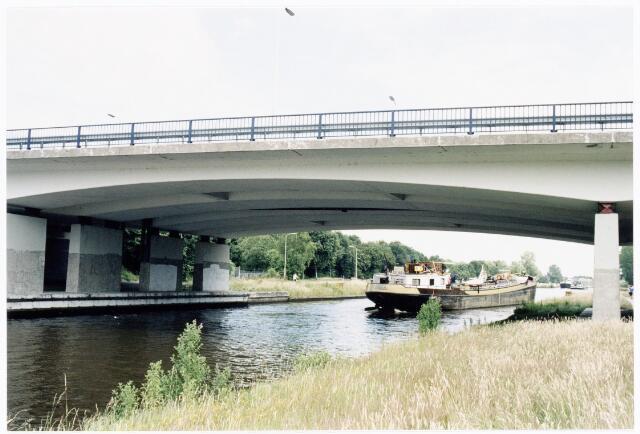 039890 - De Midden Brabantweg op de kruising met het Wilhelminastraat.