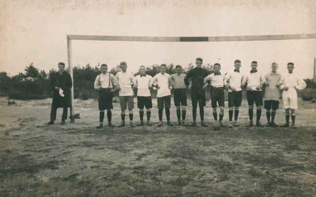 655516 - St. Joseph Missiehuis. Het elftal van de VI klas tijdens het 2de trimester in 1923
