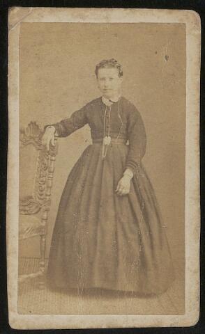 603706 - Maria Martina de Beer, geboren te Tilburg op op 10 mei 1856 als dochter van wever Gerardus de Beer en Wilhelmina de Bont. Zij was gehuwd met Hubertus Johannes Thijs. Maria overleed te Tilburg op 16 oktober 1921.
