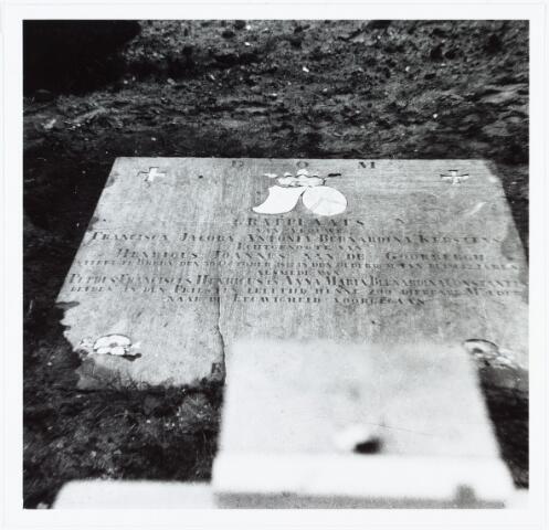 007155 - Grafsteen van Francisca Jacoba Antonia Bernardina Kersten (1805-1847) dochter van Bernardus Adrianus Kerstens (bierbrouwer) en Theresia Maria Pansius (1770-1805), gehuwd te Breda met Henricus Johannes van de Goorbergh (1791-1874) apotheker in ´De Oude Witte Pluim´ te Breda.