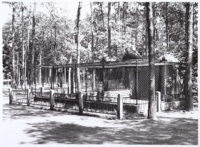 016269 - Dierentuin. Dierenverblijf in het dierenpark aan de Bredaseweg. Oorspronkelijk heette het Burgers Dierenpark en werd later overgenomen door de firma Van Dijk. In augustus 1973 werden de poorten gesloten