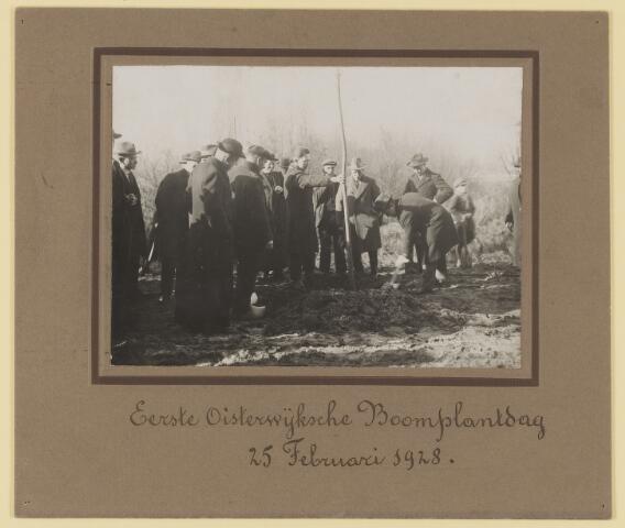 075481 - Boomplantdag 1928 . Met spade Burg. Verwiel. J. van Es, Kapelaan Aelen (Geestelijke op voorgrond).