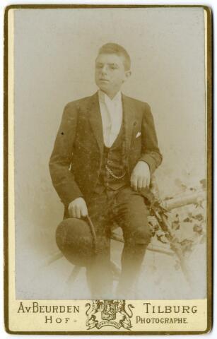 092344 - Guillaume Camille Joseph Bogaers, geboren te Tilburg op 9 mei 1878 overleed te Brussel op 16 december 1932. Hij trouwde te Purmerend op 2 oktober 1901 met Theodora Jeannette Josephine Marie Smit. Hij was oprichter en direkteur van de N.V. Tilburgsche Dekkleden en Tentenfabriek.