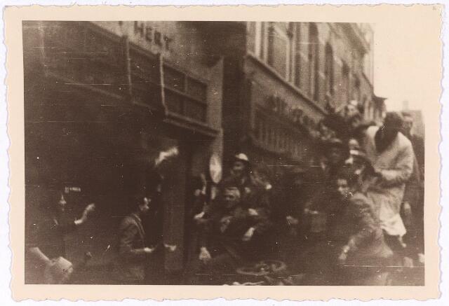 013278 - Tweede Wereldoorlog. Bevrijding. Geallieerde gevechtsvoertuigen in de Heuvelstraat