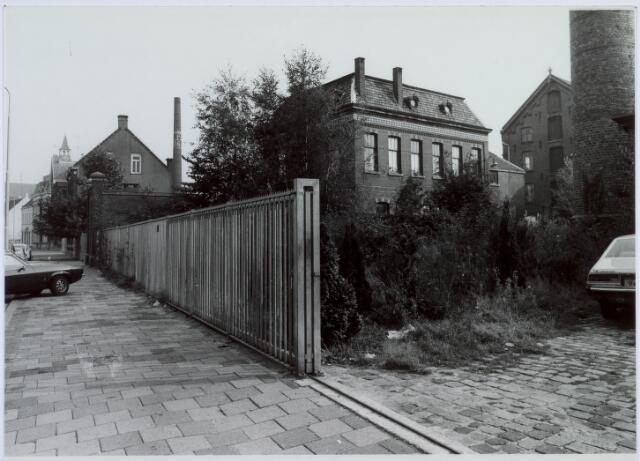 019229 - Gebouwen behorende tot het complex van wollenstoffenfabriek C. Mommers. Het vierkante gebouw in het midden was het kantoor. Op de achtergrond het hoogste fabrieksgebouw dat ooit in Tilburg is gebouwd en in twee etappen tot stand kwam (1885 en 1894). Uiterst links, tussen de witte gebouwen, de ingang naar de fabriek van de gebroeders Franken