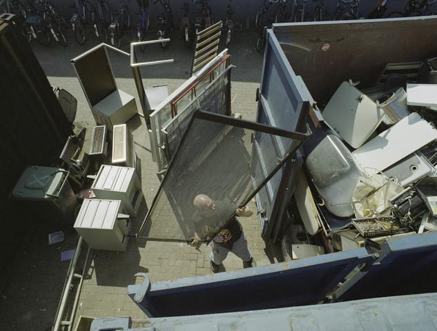 TLB023001361_002 - Oude metalen in een container bij La Poubelle te Tilburg