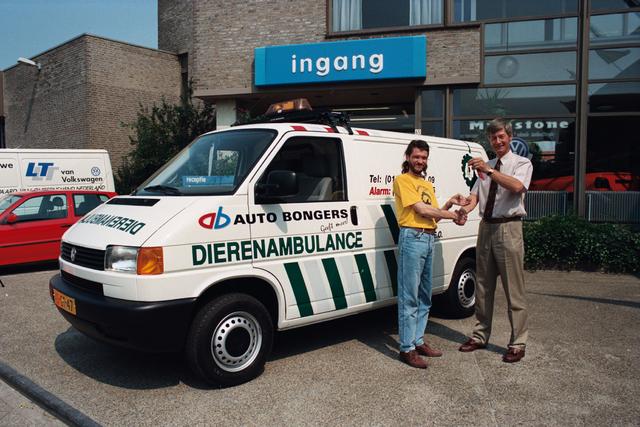 1237_010_764_004 - Overhandigen sleutels dierenambulance door auto Bongers.