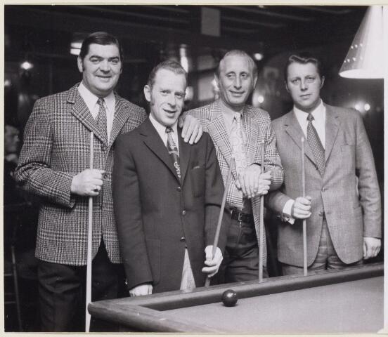 101400 - Sport. Biljarten. V.l.n.r. Harry Broeders, Bert Oomes, Jo van Mook,      Jack de Koning.