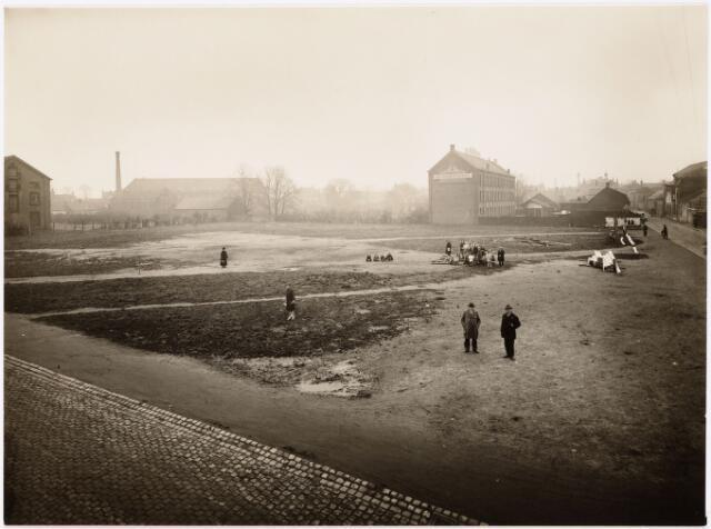 """052150 - Onderwijs. Textielschool. Begin bouw van de midelbare later lagere Textielschool 20 april 1929. op de achtergrond drijfriemenfabriek """"De Backer""""."""