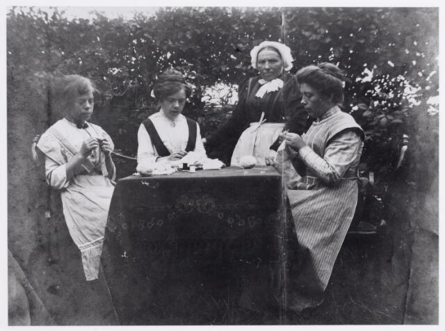 045913 - Staande Elisabeth de Bont-Wouters, zittend drie dochters.