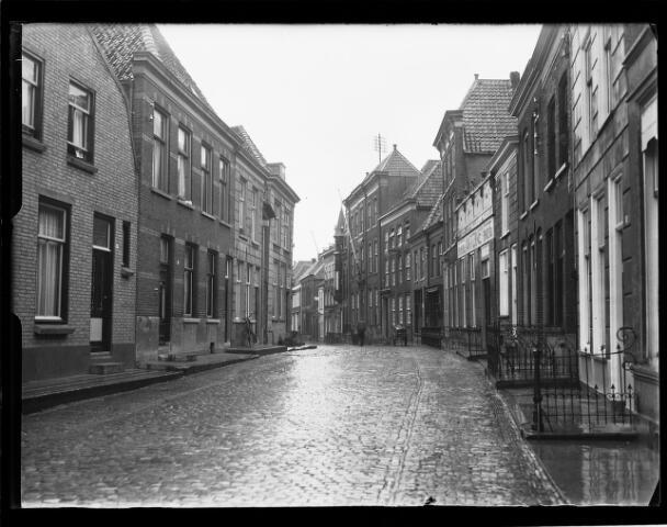 500454 - Rijksmonument. De vismarktstraat. Geheel achter rechts de havenkazerne thans cultureel centrum´ De Schattelijn´ (de posthoorn).