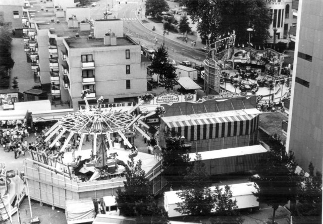 656638 - Tilburg kermis in 1986. Uitzicht op de Schouwburgring, Stadhuisplein en stukje Koningsplein. Rechts de BreakDance van M.Bufkens. Links de SkyRider van Dölle-Bergmann die als vervanger kwam voor de Condor van Schmidt.