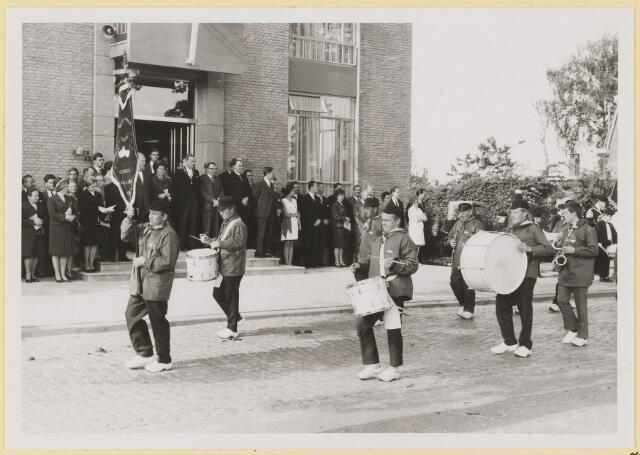 """072997 - Opening gemeentehuis door de Commissaris van de Koningin Kortmann.  Defilé verenigingsleven vóór het gemeentehuis. Fanfare """"Mirleton""""."""
