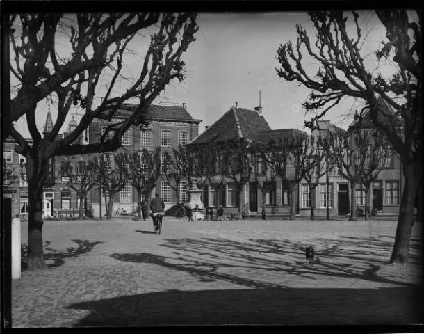 500441 - Rijksmunument. De Markt met in het midden de monumentale waterpomp.Een van de monumentale waterpompen die Geertruidenberg rijk is. Zij zijn gebouwd in de achttiende eeuw van de hand van Guilliam Carrier.