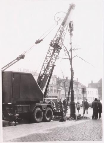 028653 - Stadsvernieuwing. Opruimings werkzaamheden in verband met de recontructie van het Piusplein, een oude lantaarn wordt weggesleept