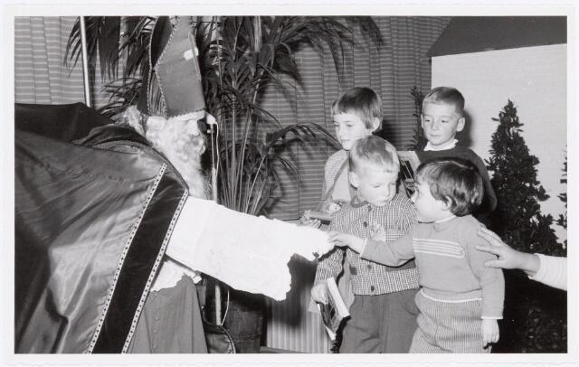 038728 - Volt. Oosterhout. Sint Nicolaasviering voor de kinderen van het personeel in 1959. Fabricage- of productie vond in Oosterhout plaats van april 1951 t/m 1967. Sinterklaas. St. Nicolaas.