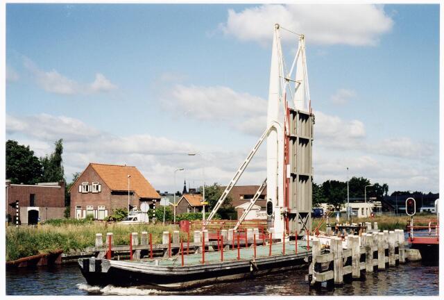 039921 - Brug over het Wilhelminakanaal bij de Enschotsestraat. De ponton wordt opgedrukt door MSLB Droogdok kapitein Arjen van de Sande.