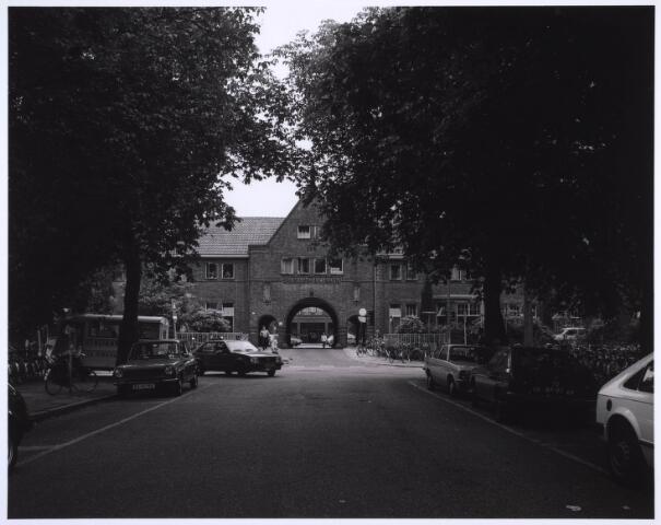 022968 - Elisabethziekenhuis. Hoofdingang van het St. Elisabethziekenhuis aan de Jan van Beverwijckstraat