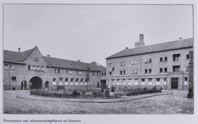 041704 - elisabethziekenhuis. Gezondheidszorg. Ziekenhuizen. Binnenplein met links administratiegebouw en rechts  klooster van het St. Elisabethziekenhuis.