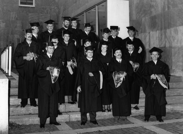 1238_F0171 - Katholieke Universiteit Brabant. Periodieke bijeenkomst van de pedellen van de Nederlandse universiteiten. De Tilburgse pedel, Marius van Boxmeer staat geheel links op de foto.