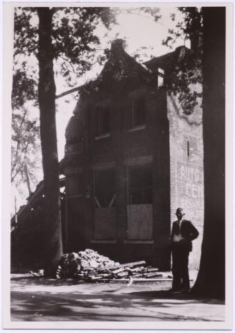 013452 - WOII; WO2; Tweede Wereldoorlog. Oorlogsschade. Vernielingen. Café De Vier Winden van de familie L. van Gaal - De Jong op de hoek Bredaseweg - Schaapstraat werd op 10 en 11 mei 1940 verscheidene malen door bommen getroffen. Wonderwel werd dit gedeelte gespaard