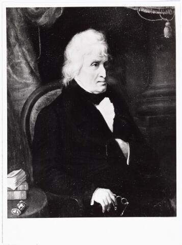 """008379 - Schilderij. Portret van Pieter VREEDE (Leiden 1750 - Heusden 1817). Hij was wollen-dekenfabrikant, eerst in Leiden, en van 1790 tot 1802 in Tilburg aan de Nieuwendijk (Bisschop Zwijsenstraat). Hij was een vooraanstaand patriottenleider en schreef onder pseudoniem Frank de Vrij een tegen prins Willem V gericht pamflet, """"De Oranjeboomen"""" geheten. Vreede had zitting in de 1e en 2e Nationale Vergadering als representant van Bataafs Brabant voor Bergen op Zoom, in 1796 en 1797. In januari 1798 werd hij benoemd tot lid van het Uitvoerend Bewind, dat echter door de staatsgreep van 12 juni 1789 al ten val werd gebracht.Vreede speelde in 1795 een belangrijke rol bij de geboorte van Brabants provinciaal bestuur. In 1802 trok hij zich terug uit zijn fabriek in Tilburg die door zijn zoons werd overgenomen. Hij vertrok naar Waalre en werd in 1815 lid van de Provinciale Staten van Noord-Brabant. Vanaf 1816 was hij commies der convooien en licenten in achtereenvolgens Antwerpen, Den Bosch en Utrect, waar hij om gezondheidsredenen werd ontslagen in 1824. Hij woonde in 1829 in Gouda, overleed in 1839 in Heusden en werd in Gouda begraven.  Hij trouwde drie maal: in 1773 te Leiden met met Geertruy Aletta Markon (1755-1775), in 1779 te Emmerik met Suzanna Markon (1756-1798), zuster van zijn eerste vrouw, in 1801 te Leiden met Maria Marijt (1776-1834). Naar hem werden in Tilburg het Pieter Vreedepad (1900), het Pieter Vreedeplein (1962) en de Pieter Vreedepassage (1987) genoemd. Het portret is uit 1835 en geschilderd door Bastiaan de Poorter (1830-1880)."""