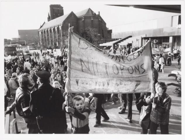 042496 - Demonstratie van kinderen en bejaarden tegen de gemeentelijke bezuinigingen van het buurt- en clubhuiswerk,