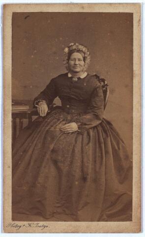 003919 - Arnolda VAN LOON, geboren te Lage Mierde op 4 juni 1820, overleden te Tilburg op 12 november 1884. Trouwde op 23 mei 1855 te Tilburg met Wilhelmus Claassen, van beroep bakker, geboren op 27 mei 1812 te Berkel c.a., overleden op 22 juli 1877 te Tilburg.  Zij was lid van de Vereniging van het H. Sacrament.