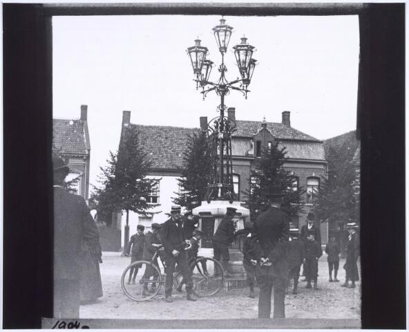021043 - Monumentale lantaarn met drinkwaterfontein op de Heuvelals huldeblijk van de Tilburgers aan wijlen burgemeester Janssen, in leven lid van de Tweede Kamer der Staten-Generaal. Later werd het verplaatst naar de Monumentstraat