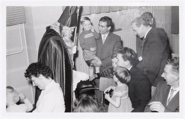 038731 - Volt. Oosterhout. Sint Nicolaasviering voor de kinderen van het personeel in 1959. Fabricage- of productie vond in Oosterhout plaats van april 1951 t/m 1967. Sinterklaas. St. Nicolaas