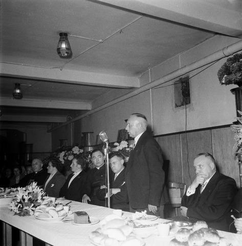 050436 - Vakbonden. 50-jarig bestaan KAB en 25-jarig bestaan Kajotters. Taak: bundeling van activiteiten van de diverse R.K. Werkliedenverenigingen aanvankelijk in het federatief verband van de Bossche Diocesane Werkliedenbond, later als Tilburgse afdeling van de landelijke arbeiders- en vakbeweging op katholieke grondslag, tot de fusie daarvan met het N.V.V. in het F.N.V.