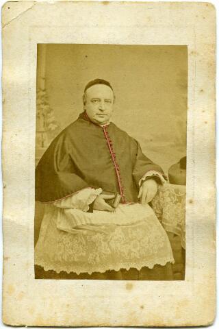 604798 - Bidprentje. Cornelis Norbertus van Amelsfoort, geboren op 4 juni 1820 te Tilburg als zoon van fabrikant Nicolaas van Amelsfoort en Maria Roberta Klijsen.  Cornelis werd in 1845 in Haaren tot priester gewijd en vertrok vervolgens als kapelaan naar Asten. In 1851 was hij kapelaan  van de Sint Jan te 's-Hertogenbosch, vervolgens plebaan en kannunik. In 1868 werd Cornelis tot deken benoemd. Hij overleed op 18 maart 1874 in zijn geboortestad Tilburg.