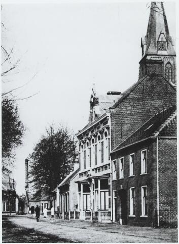 056212 - Bergstraat met in het midden het woonhuis van de familie Van Puijenbroek. Links hiervan het café van de familie Mutsaers voor de bouw van hotel de Kroon.