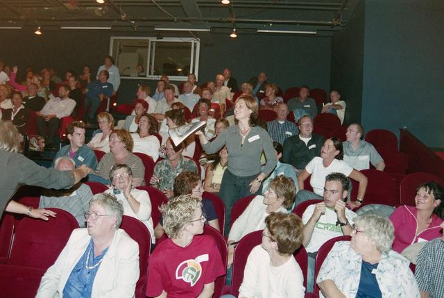1237_001_024_006 - Cultuur. Een presentatie in de Tilburgse Revue op 15 september 2004. Bezoekers en sprekers in de zaal.