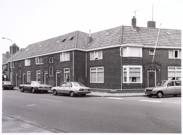 016639 - Broekhovenseweg ter hoogte van de Sevenhoekstraat (rechts). Links op de achtergrond de toren van de kerk van de parochie Broekhoven I.