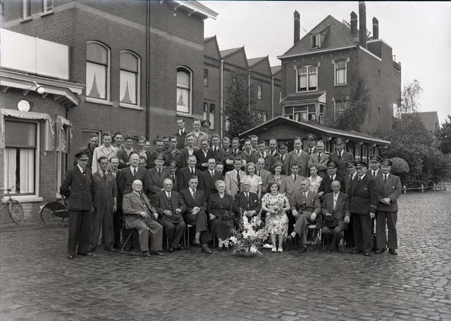 654397 - Groepsportret bij jubileum BBA-medewerker