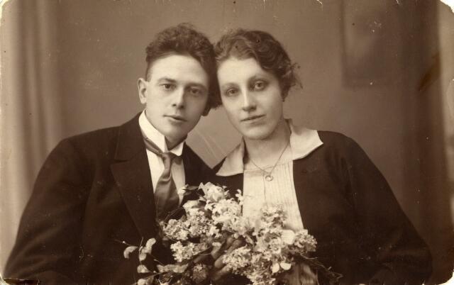 092309 - Trouwfoto van Arnoldus Sleegers, geboren te Nieuwkuijk op 10 februari 1896, kantoorbediende bij De Beer en later huisschilder, met Maria Anna Francisca de Kort, geboren te Tilburg op 6 augustus 1898.